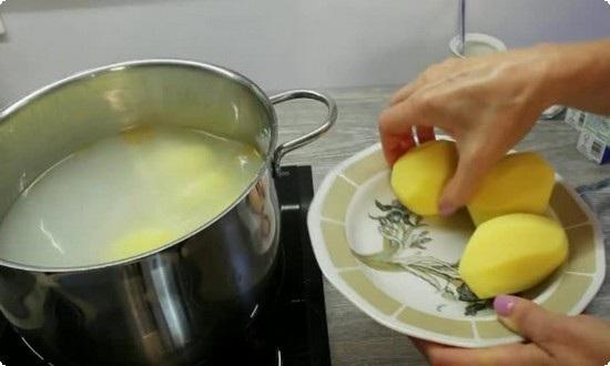 отправляем в кастрюлю картошку
