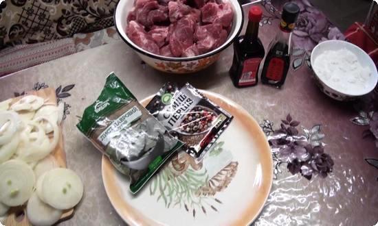 Нарубим мясо на кусочки, а лук порежем кольцами