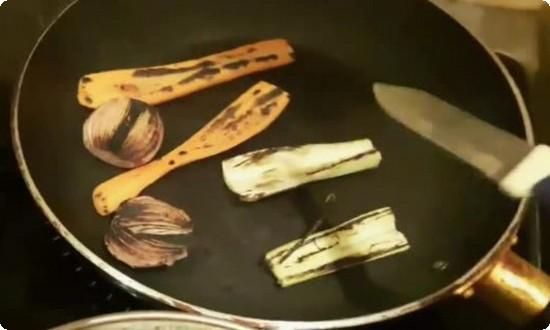 обжигаем на сухой сковороде
