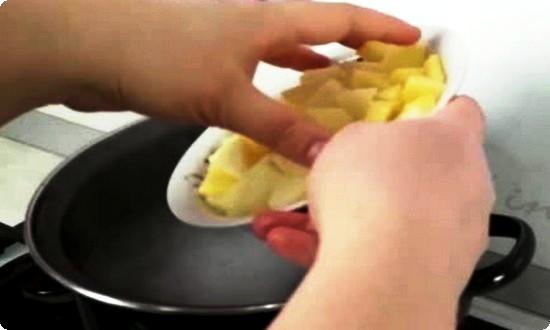 В закипевшую воду отправляем картофель