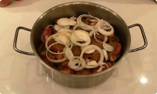сложили мясо с луком в кастрюлю