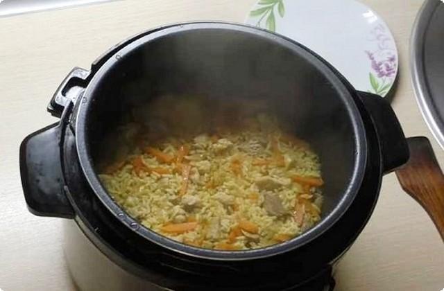 добавляем рис, наливаем воду