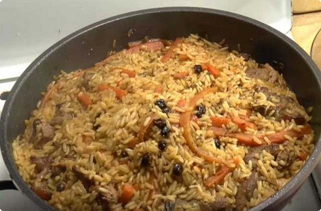 Разложим ровным слоем рис на подготовленный зирвак
