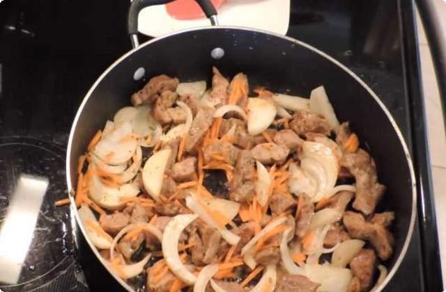 добавляем лук и морковь, продолжаем жарить
