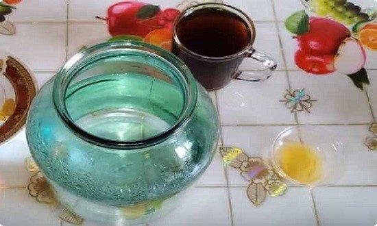 размешиваем ингредиенты в кружке с кипятком