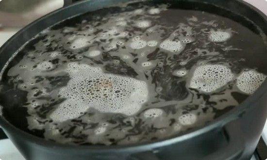 растворяем в кипящей воде ингредиенты