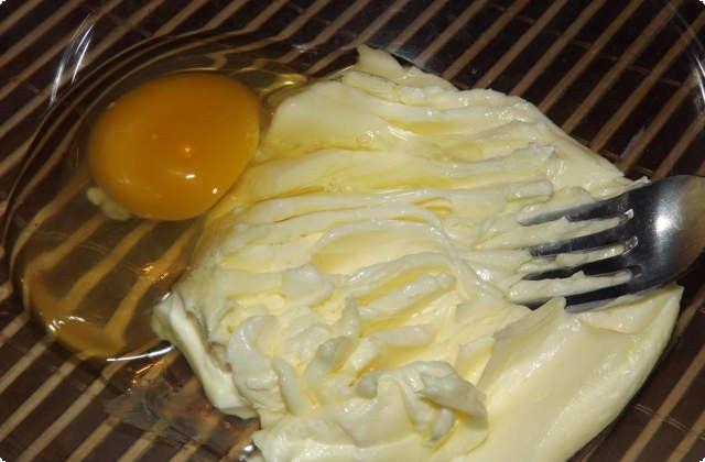 Растираем масло, размешиваем с яйцом