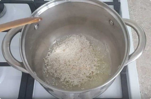 растапливаем сливочное масло, добавляем рис