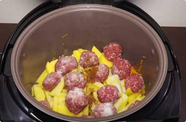 кладем в емкость для варки картофель, фрикадельки, приправы