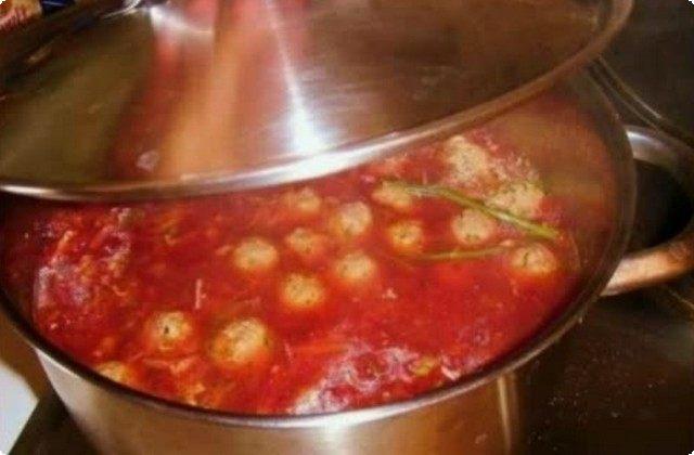 добавим сюда томатную пасту и щепотку сахарного песка