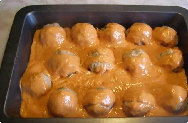 раскладываем фрикадельки и заливаем соусом
