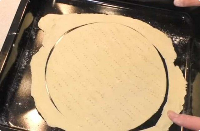 раскатываем тесто, обрезаем круг