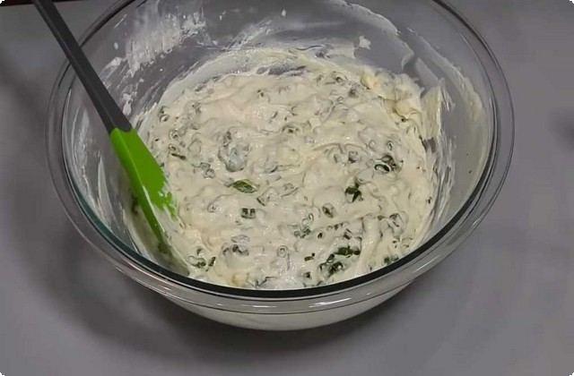 Яйца с луком отправляем в тесто, размешиваем