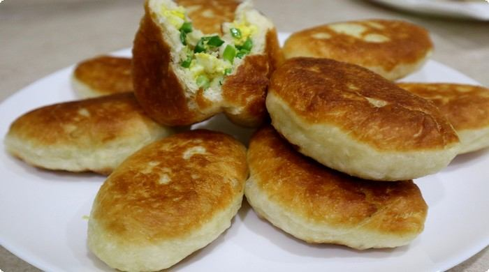 пирожки на сковороде с луком и яйцом