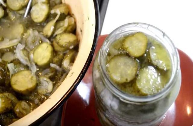 Раскладываем овощи по подготовленной таре