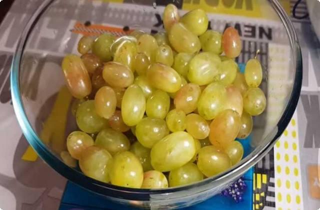 чистим и промываем виноград