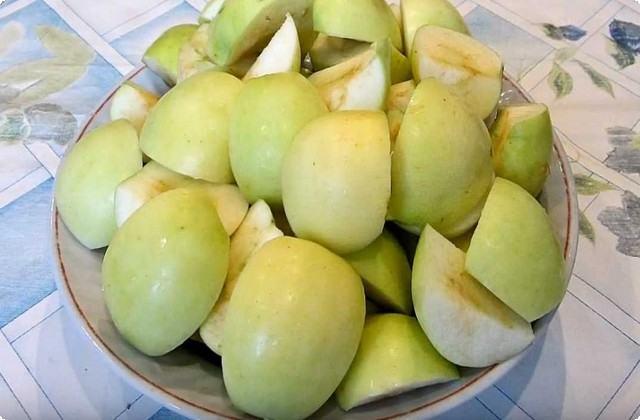 крупно нарезаем яблоки