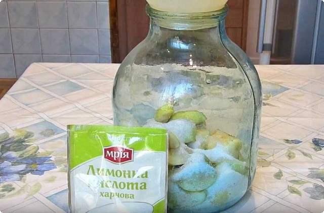 заполняем банки яблоками и сахаром