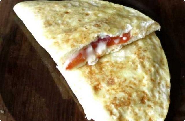 Омлет на сковороде с колбасой, помидорами и сыром