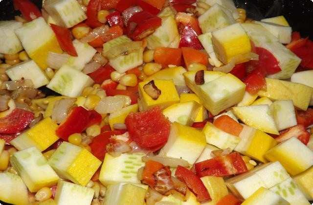 Крупно нарезаем кабачки и перец, кукурузу