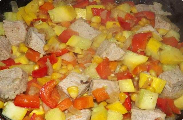 тушим овощи с мясом на сковороде под крышкой