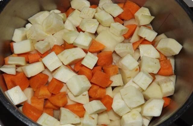 нарезаем и отправляем в кастрюлю овощи