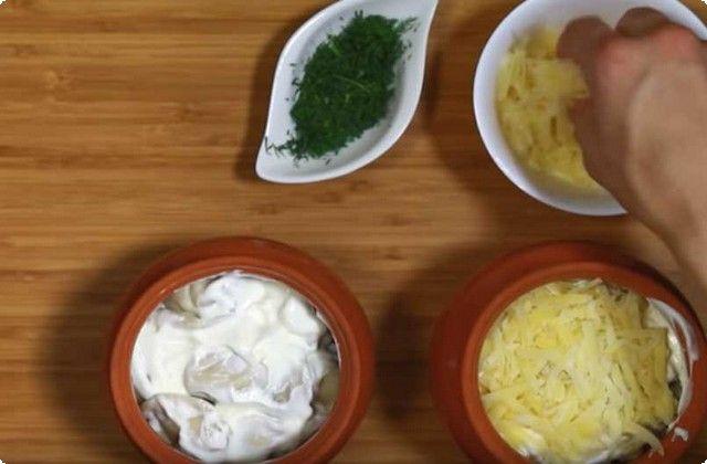 поливаем сметаной, сыпем тертый сыр