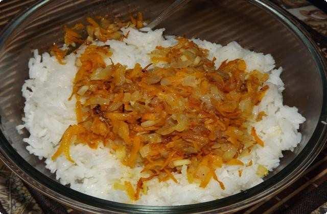 Смешиваем овощную заправку и рис
