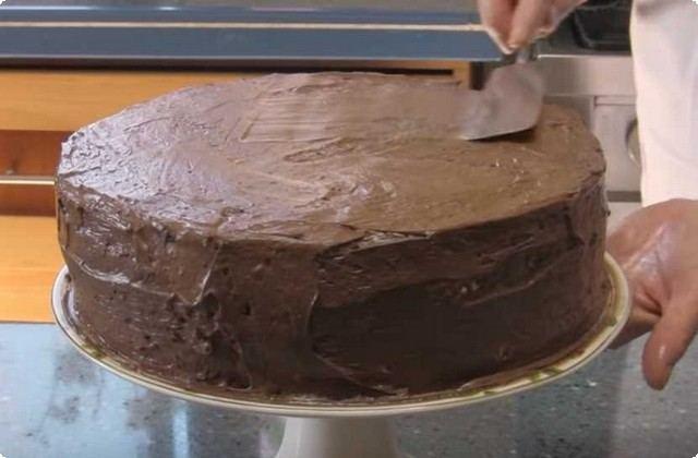 Боковины и верхушку смазываем шоколадной массой