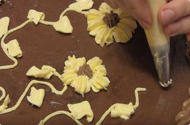 Украшаем остатками белого и шоколадного крема
