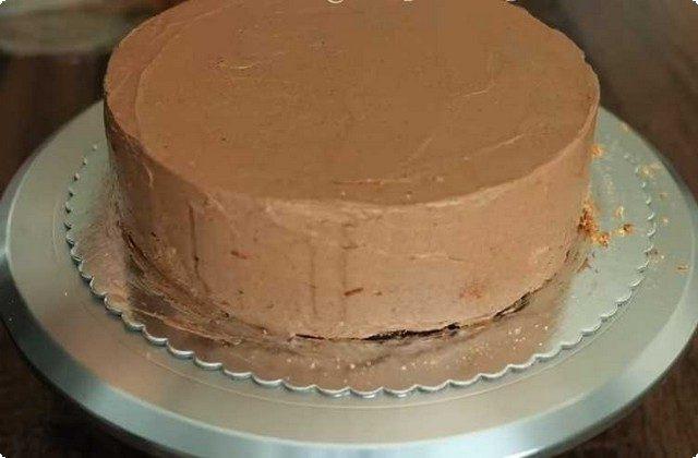 Покрываем бока и верхушку шоколадной массой