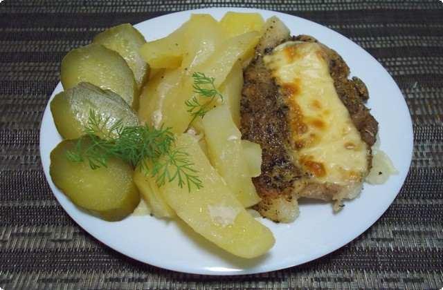 Картошка со свининой в духовке в фольге с сыром