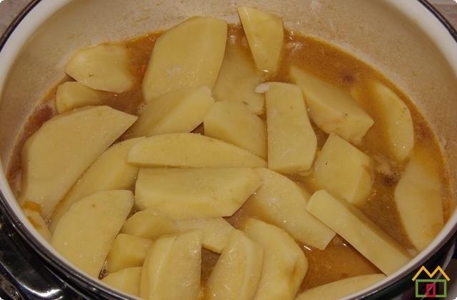 Добавляем порезанный брусочками картофель
