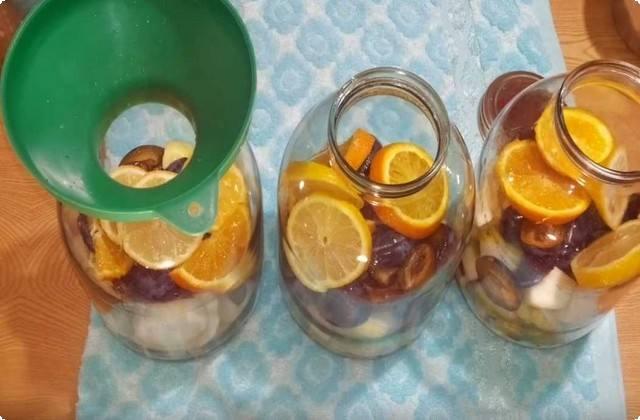 раскладываем фрукты по баночкам