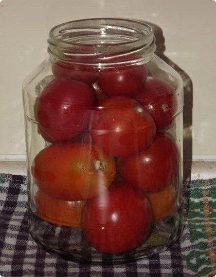 накладываем помидоры по банкам