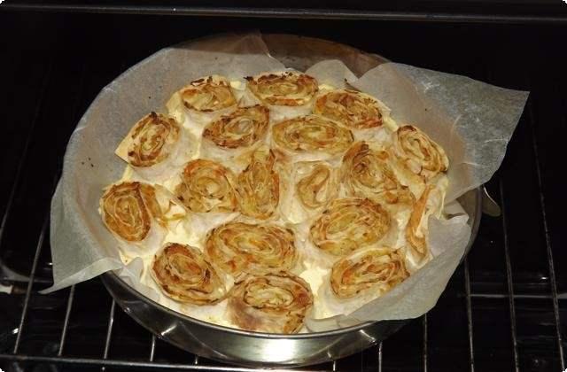Отправляем пирог из лаваша в духовку