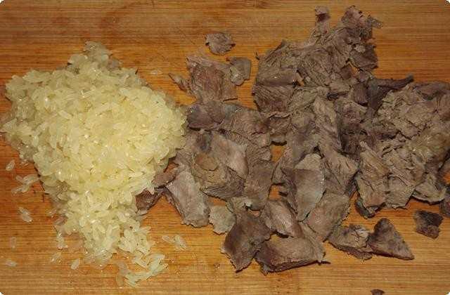 Рис промываем. Мясо отделяем от костей