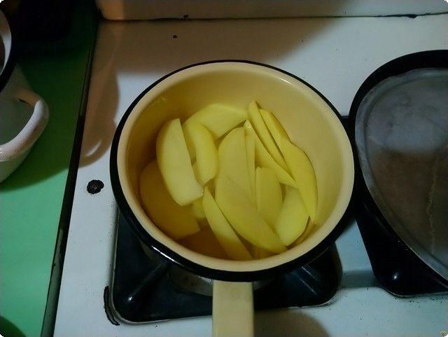 картошку кладем в кастрюльку