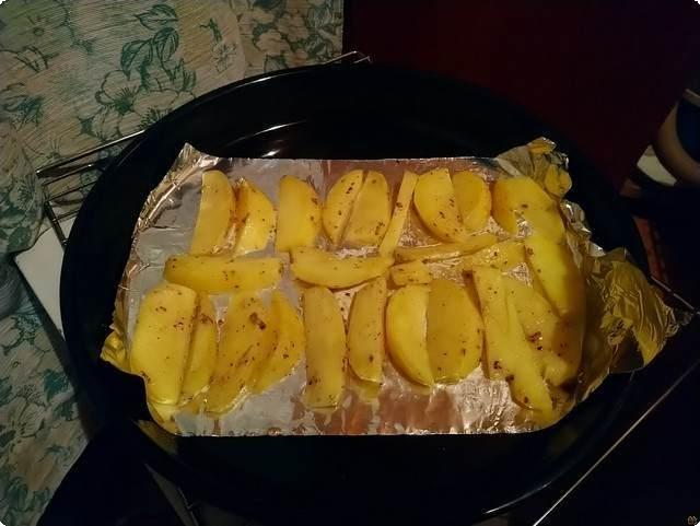 раскладываем картофель на противень