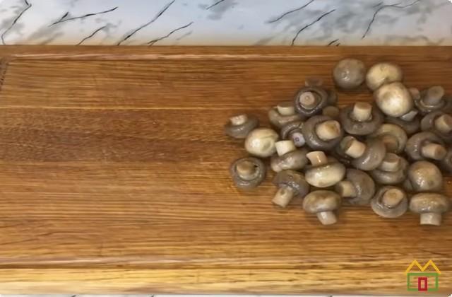 Режем грибы на кусочки