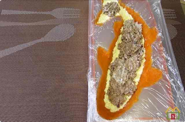 Поверх яиц укладываем рыбную массу
