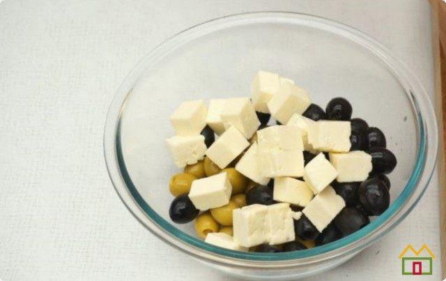 смешиваем с сыром и черными оливками