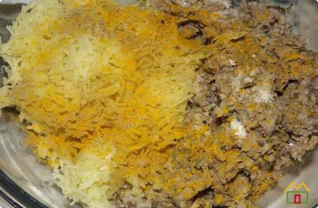 измельченную картошку смешиваем с грибной массой